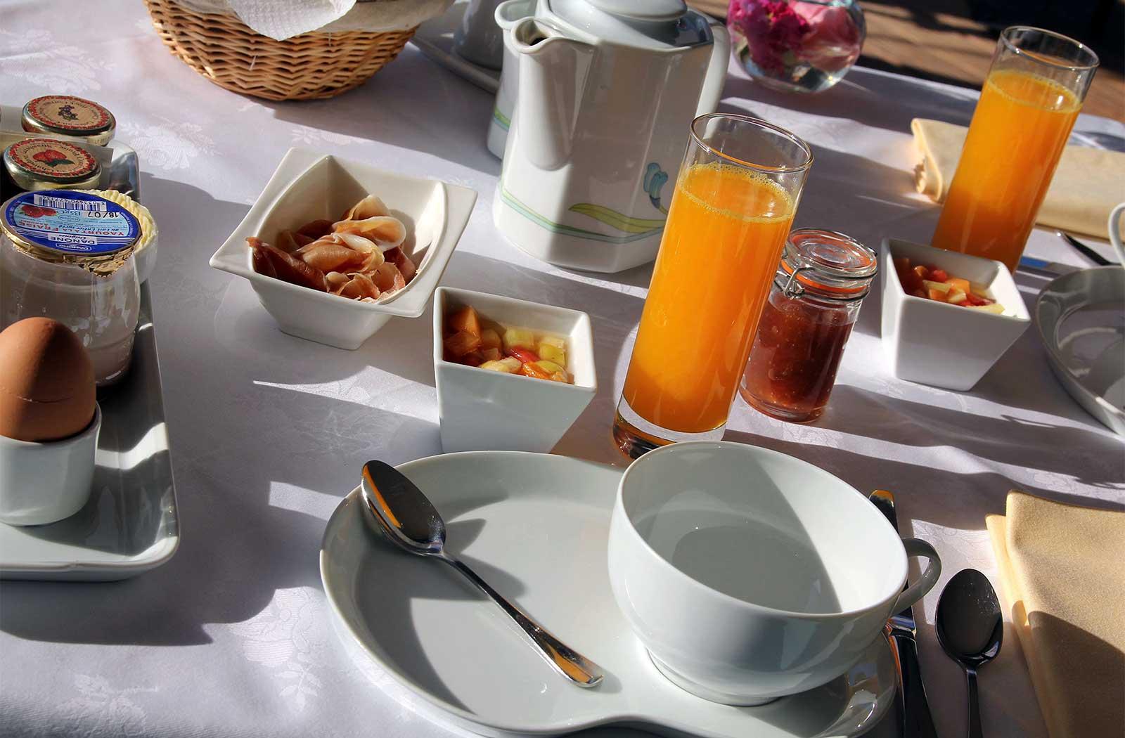 petit-dejeuner hotel la montagne de brancion salle-de-bain - hôtel - la montagne de brancion entre Tournus et Cluny