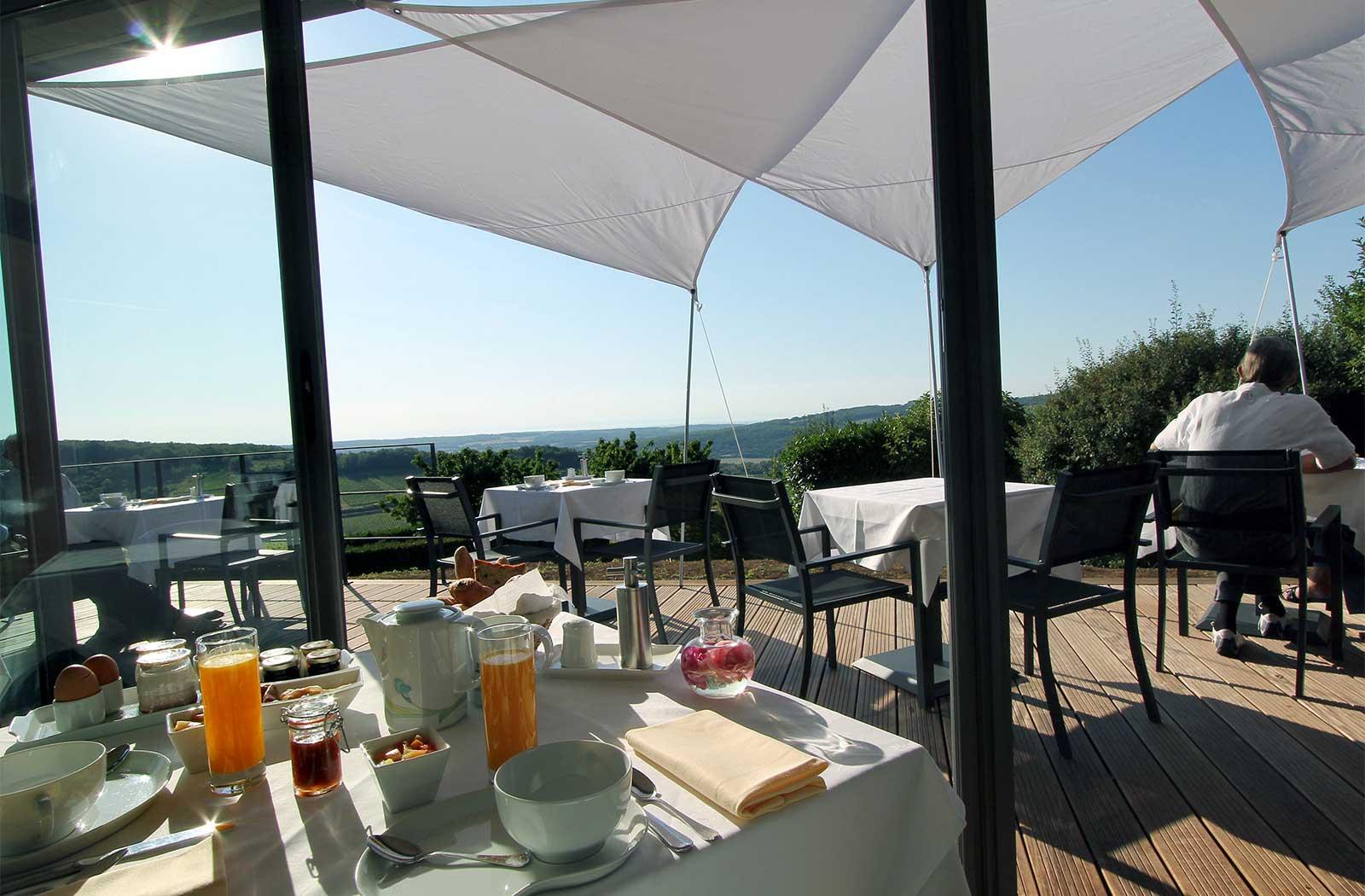Terrasse - petit déjeuner - hôtel - La Montagne de Brancion  entre Tournus et Cluny
