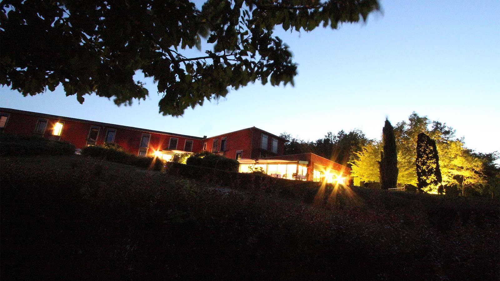 vue nocturne de l'hôtel restaurant La Montagne de Brancion entre Tournus et Cluny